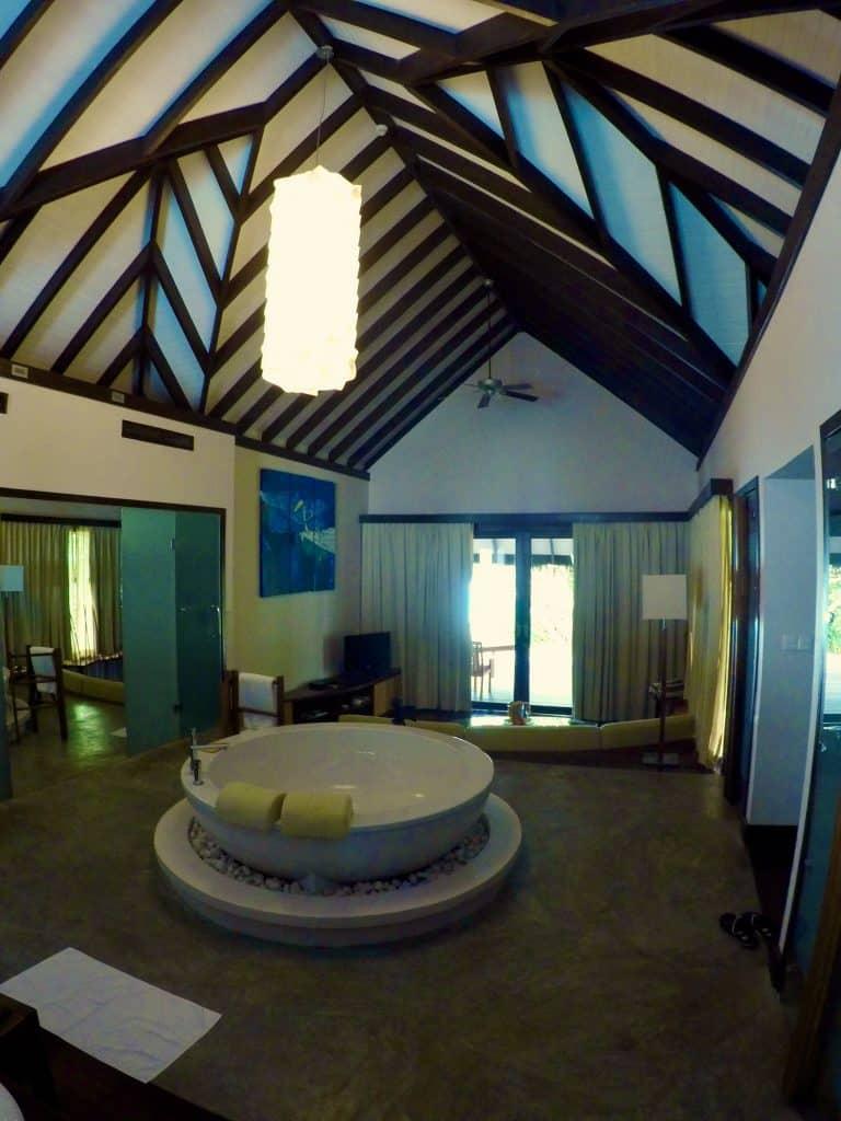 Wohnzimmer einer Island Villa auf Coco Bodu Hithi: Whirlpool inklusive. Foto: Sascha Tegtmeyer