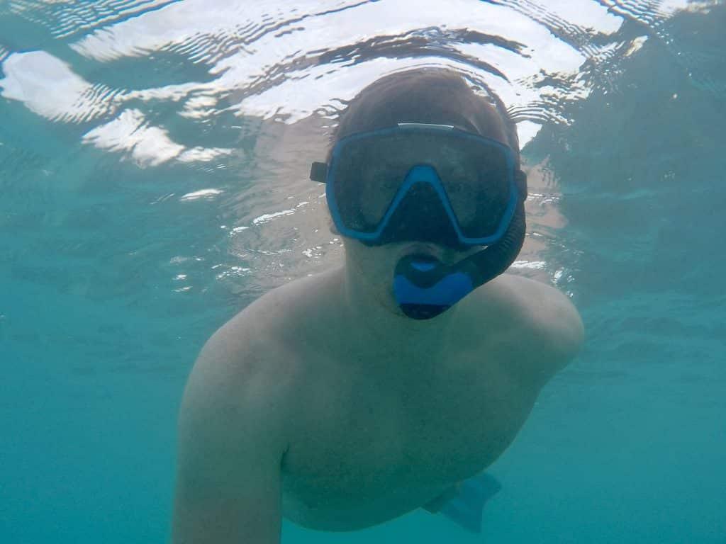 Man kann ohne weiteres stundenlang in der Lagune von Coco Bodu Hithi herumplanschen – mal planschen, mal schwimmen, mal schnorcheln. Reisebericht Coco Bodu Hithi Malediven Erfahrungen