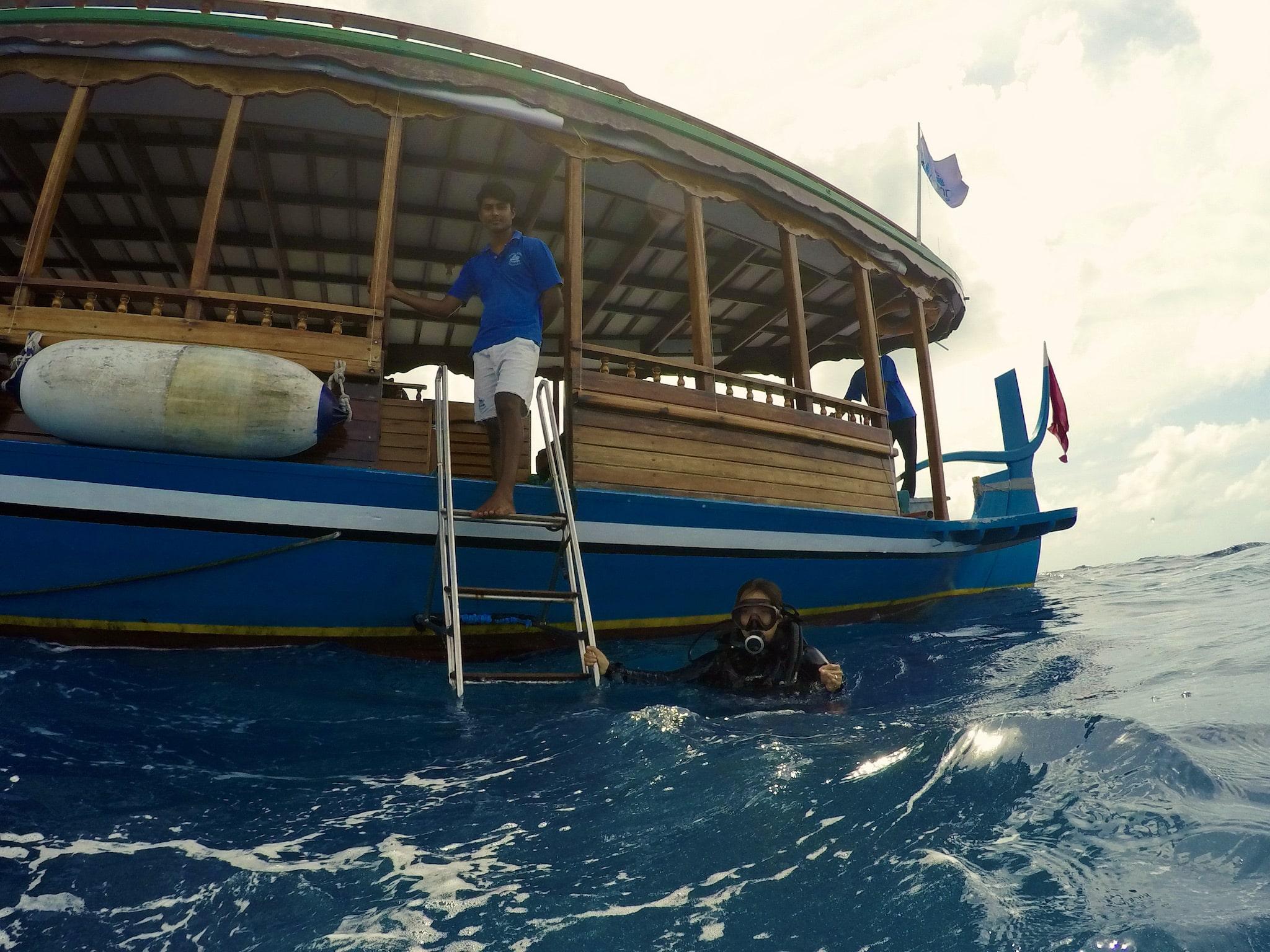 Das Dhoni ist ideal als Tauchboot – es ist wendig und auf den zwei Decks ist reichlich Platz. Foto: Sascha Tegtmeyer Reisebericht Coco Bodu Hithi Malediven Erfahrungen
