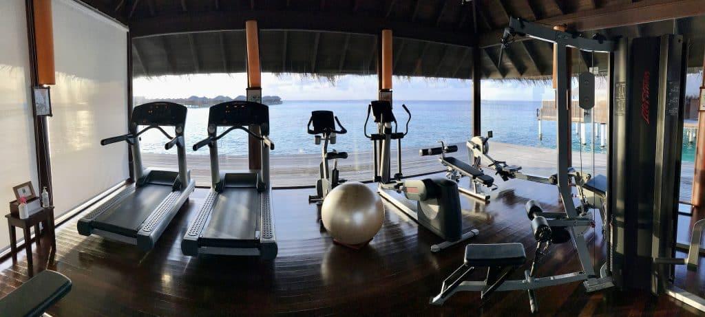 Fitness mit Meerblick: Wer gern joggen geht und weitere Distanzen zurücklegt, muss auf einer Malediven-Insel zwangsläufig auf's Laufband. Foto: Sascha Tegtmeyer Reisebericht Coco Bodu Hithi Malediven Erfahrungen