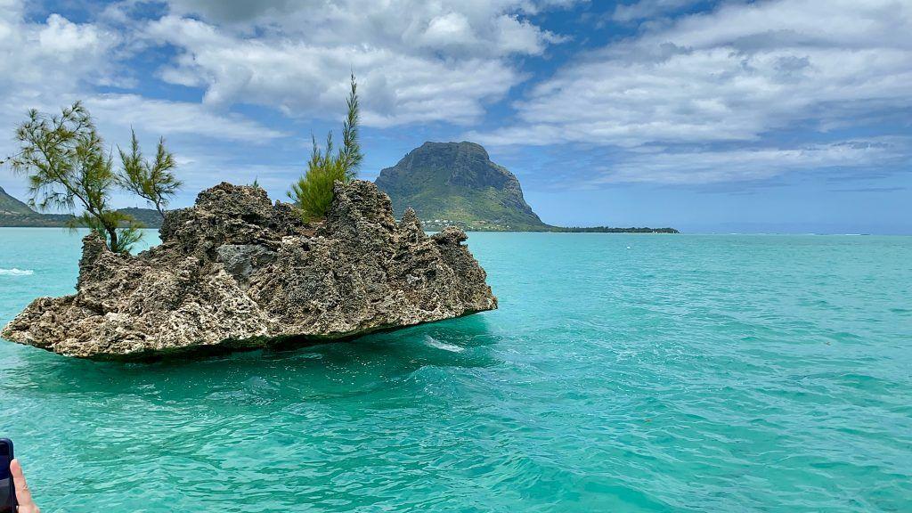 Im Vordergrund: Die berühmte kleine Koralleninsel – im Hintergrund: der Berg Le Morne Brabant, das Wahrzeichen von Mauritius (natürlich abgesehen vom Dodo). © Sascha Tegtmeyer