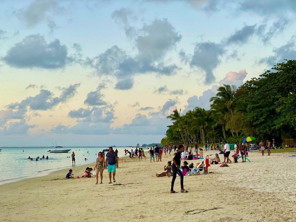 Einheimische am Strand: Mauritius ist grundsätzlich sehr ungefährlich – die Einwohner sind unheimlich entspannte, gastfreundliche Menschen. Wirklich gefährlich ist vor allem der Straßenverkehr. © Sascha Tegtmeyer