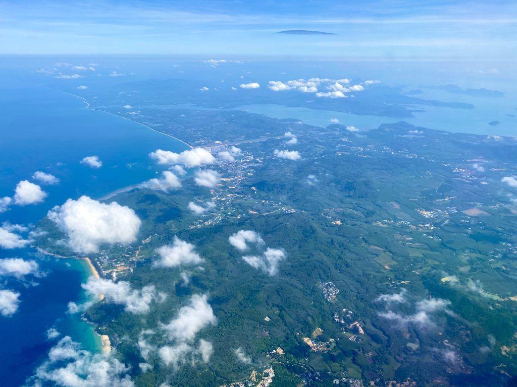Blick auf die herrlichen Strände im Westen Phukets: Bang Tao Beach (unten), Nai Thon Beach (mittig) und Mai Khao Beach (der lange Strand oben). Foto: Sascha Tegtmeyer