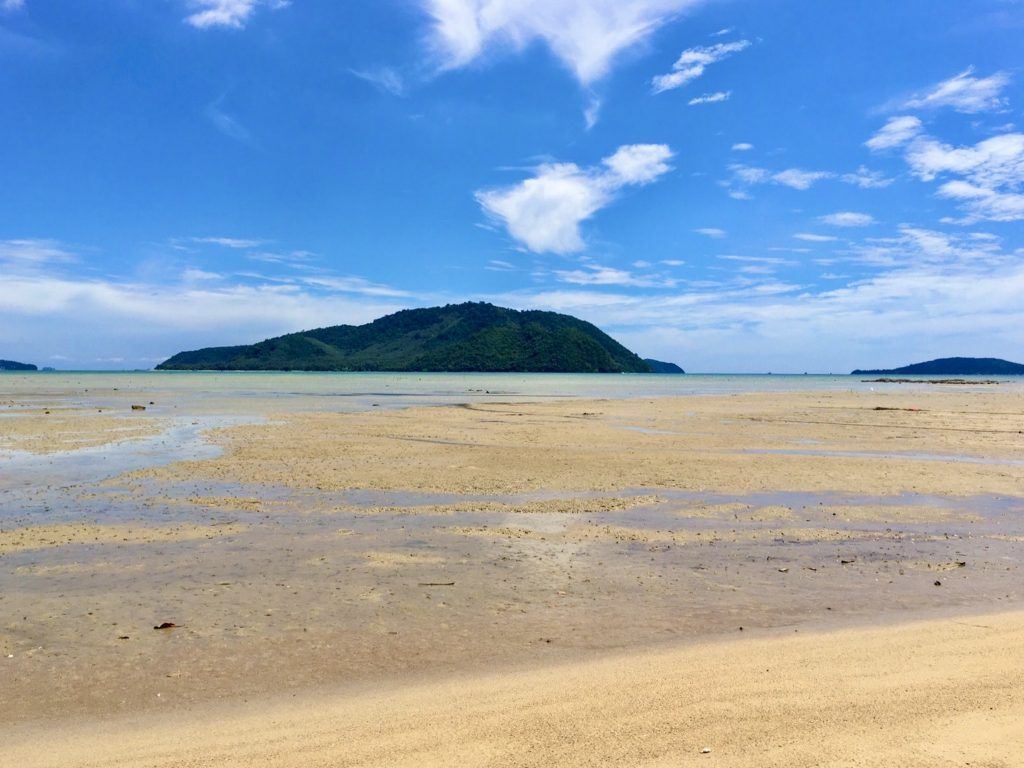Ebbe am Strand von Rawai – im Hintergrund: die unbewohnte Insel Koh Lon, auf der sich ebenfalls einige Traumstrände befinden. Foto: Sascha Tegtmeyer