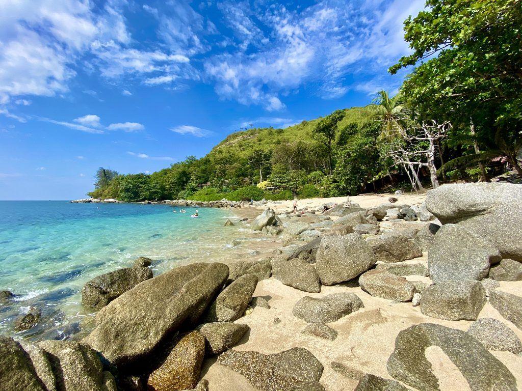 Der traumhaft schöne Ao Sane Beach liegt direkt unterhalb des Baan Krating Phuket Resorts. Foto: Sascha Tegtmeyer