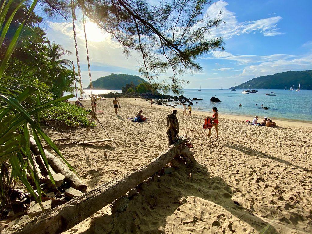 Ein Phuket-Strand mit Schaukel und Traumkulisse: der Ya Nui Beach. Foto: Sascha Tegtmeyer