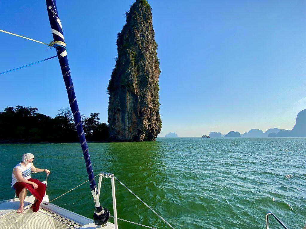 Den Phang-nga Nationalpark sollte man unbedingt gesehen haben – von dort jedoch auch recht zügig zu den Inseln im Südosten übersetzen, um nicht zu viel Zeit für die Trauminseln zu verlieren. Foto: Sascha Tegtmeyer
