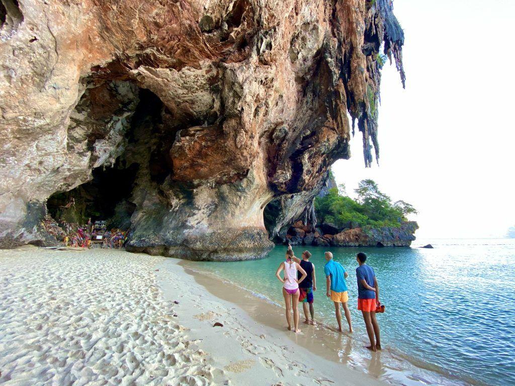 Der Phra nang Cave Beach ist ein Strand neben Railay Beach und bietet einige spektakuläre Aussichten – und Einsichten. Foto: Sascha Tegtmeyer