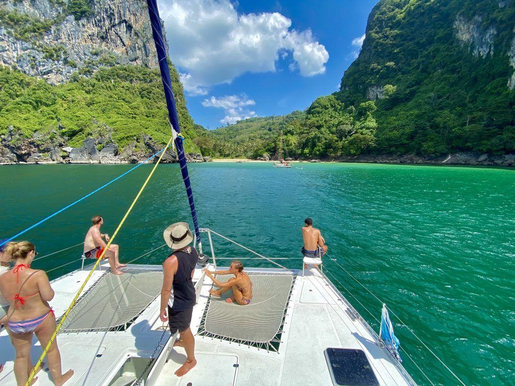 Auf zu Traumstränden und Hot Spots der Andamanensee: Mit einem nagelneuen Katamaran geht es auf große Phuket-Segeltour. Foto: Sascha Tegtmeyer