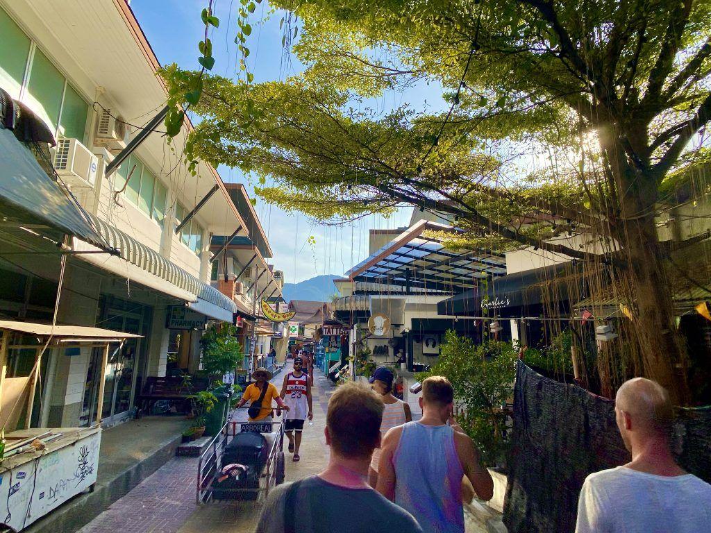 Auf Koh Phi Phi könnt Ihr shoppen, essen und feiern gehen. Foto: Sascha Tegtmeyer