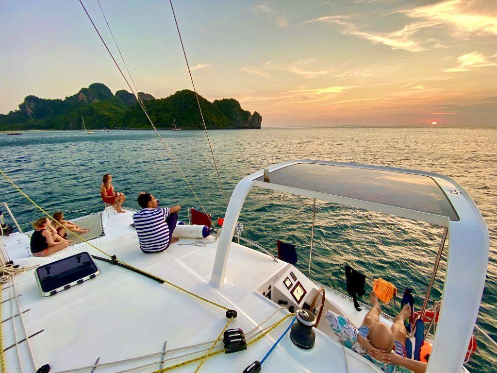 Ganz neue Erfahrung: Eine Phuket-Segeltour bringt auch ganz neue Perspektiven mit sich und kann das Interesse für den Segelsport wecken – Segeln macht nämlich richtig Spaß. Foto: Sascha Tegtmeyer