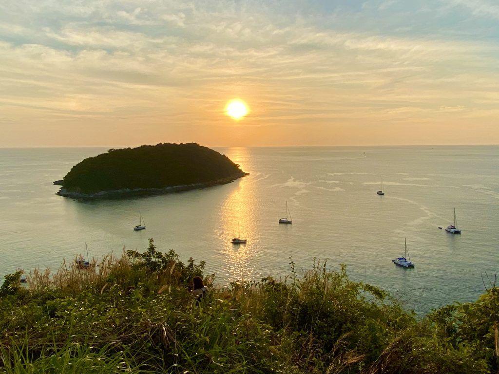 Am südlichen Ende von Phuket befindet sich eine herrliche Bucht mit einer kleinen, vorgelagerten Insel – dort finden sich zum Sonnenuntergang zahlreiche Segelboote ein. Foto: Sascha Tegtmeyer