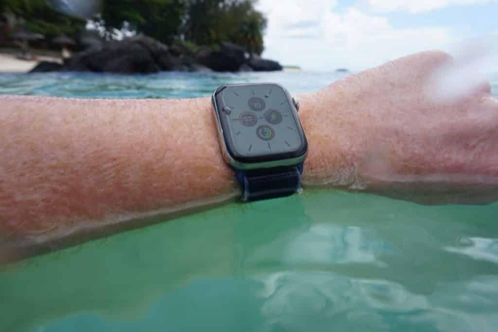 Apple Watch beim Sport und Fitness: Im Schwimm-Training hat man Zeit, zurückgelegte Distanz und Kalorien immer im Blick. Foto: Sascha Tegtmeyer