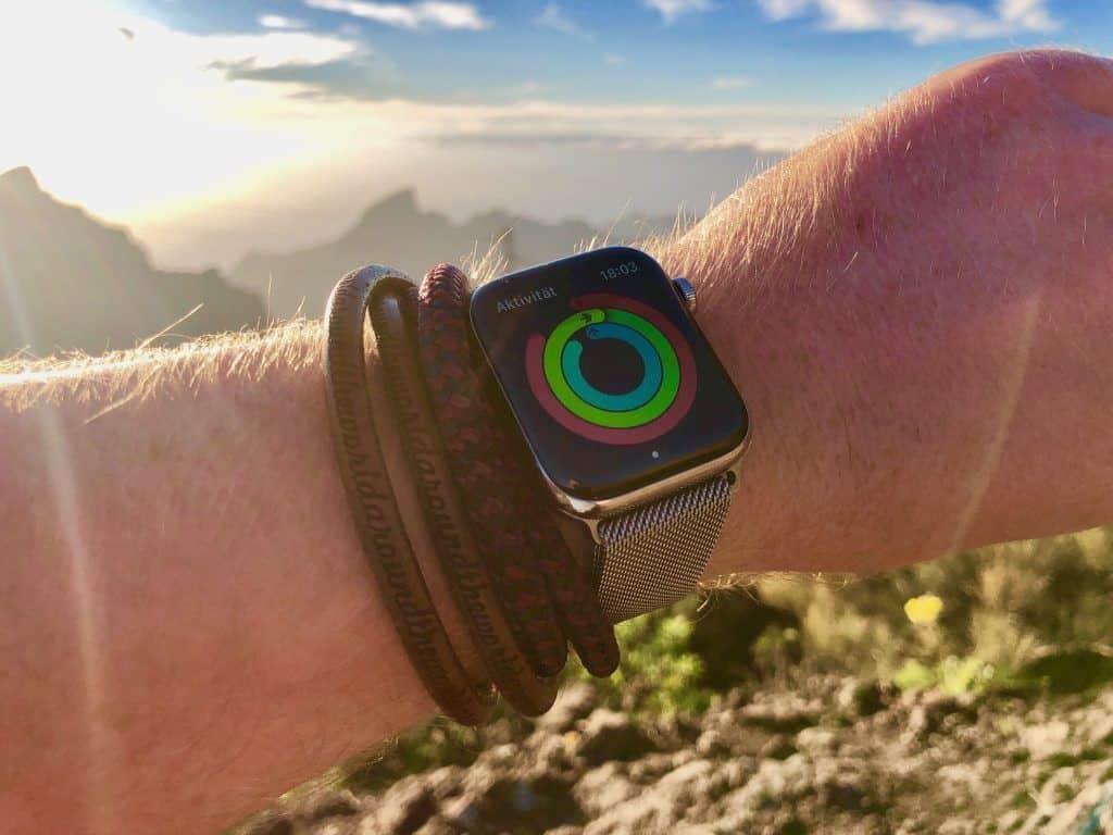 Im Kombination mit einer Smartwatch kommt ein maritimes Armband gut zur Geltung. Foto: Sascha Tegtmeyer