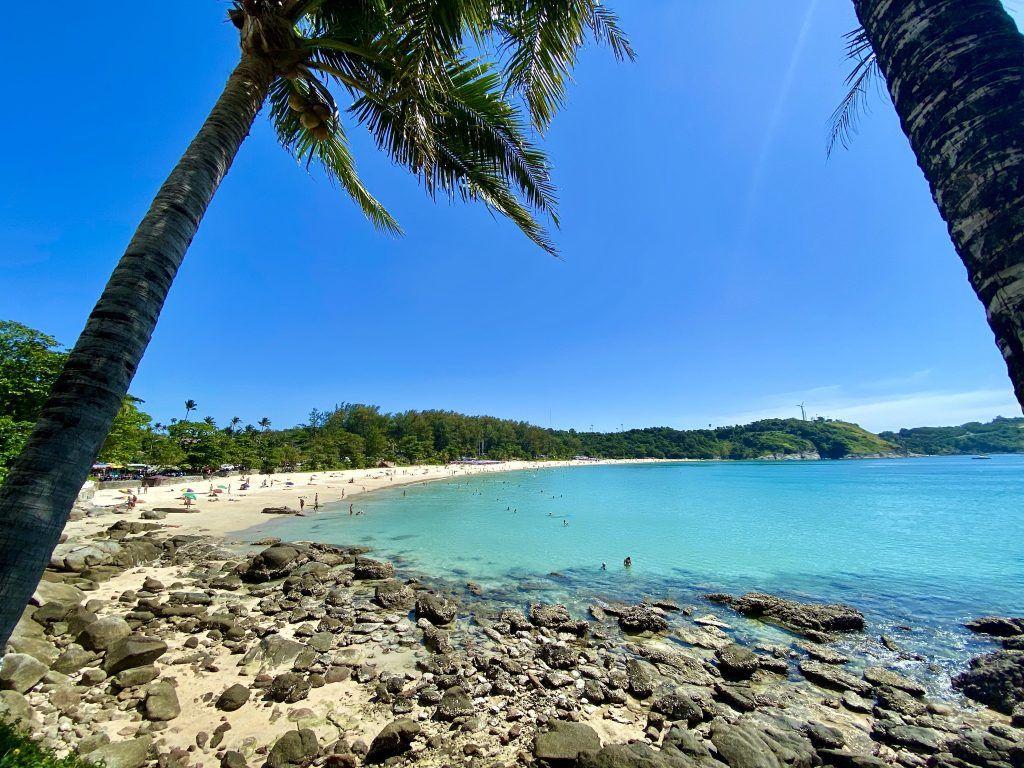 Der Strand von Nai Harn in unmittelbarer Nähe des Baan Krating Resorts ist einer der schönsten auf Phuket. Foto: Sascha Tegtmeyer