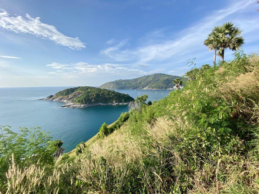 Blick vom Promthep Kap auf die vorgelagerte, unbewohnte Insel Koh Man. Foto: Sascha Tegtmeyer
