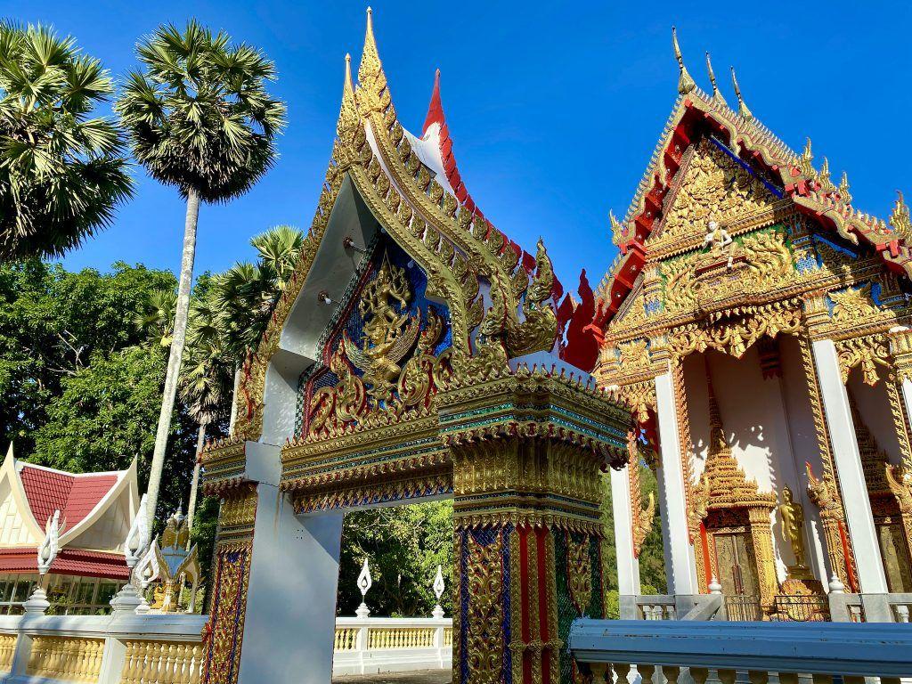 Der Wat Nai Harn ist ebenfalls eine sehr ansehnliche Tempelanlage, die landschaftlich sehr schön gelegen ist. Foto: Sascha Tegtmeyer