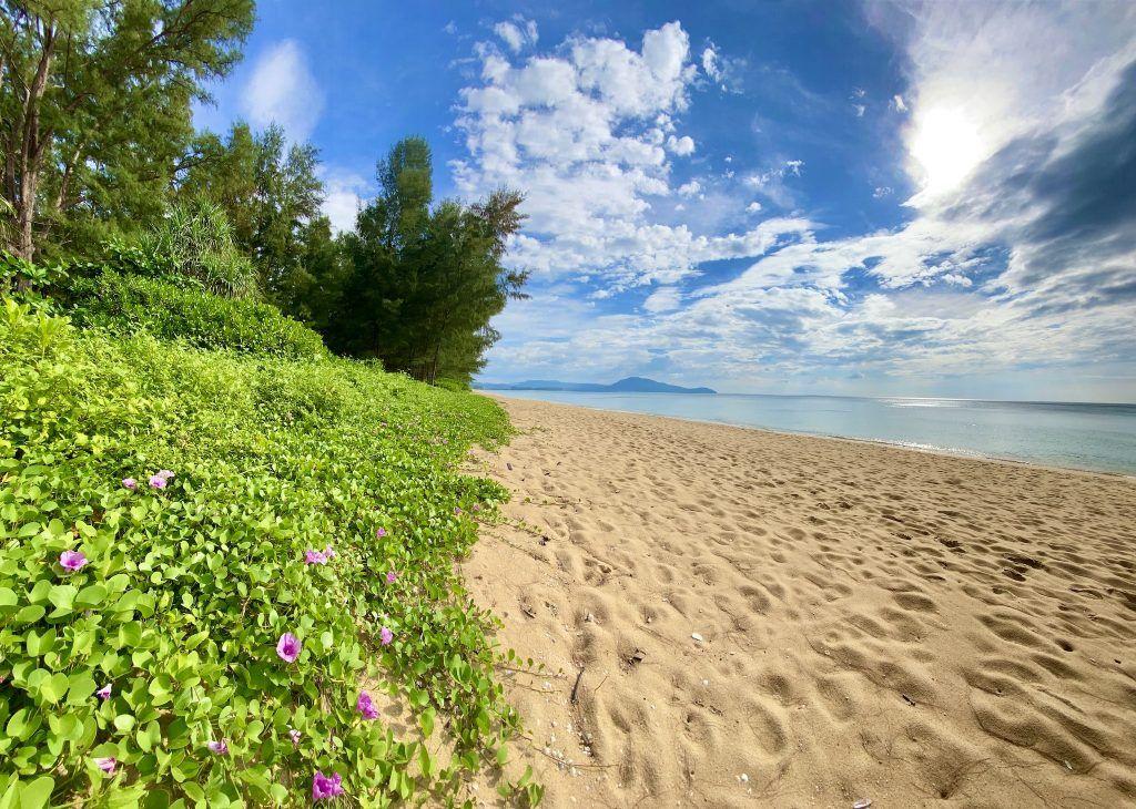 Mai Khao Beach ganz im Norden von Phuket: einsamer Traumstrand nördlich des Flughafens. Foto: Sascha Tegtmeyer