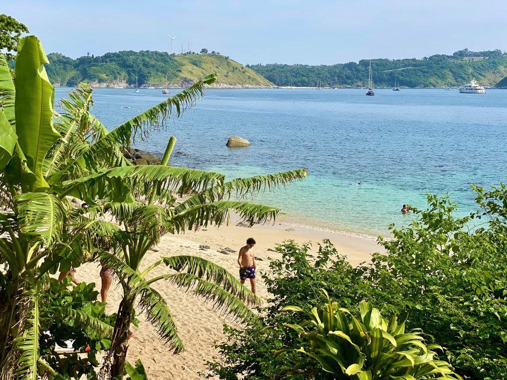 Direkt am Fuß des Resorts befindet sich der Ao Sane Beach – der vielleicht schönste Strand Phukets. Foto: Sascha Tegtmeyer