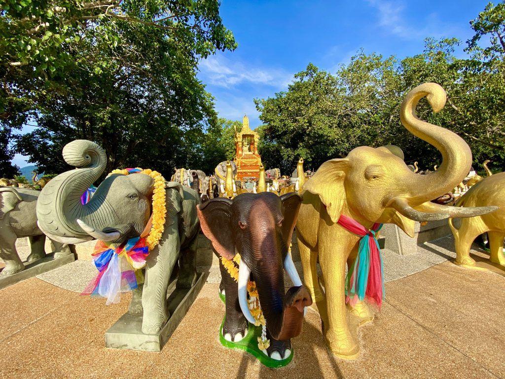 Am Promthep Kap findet Ihr einen Tempel mit zahlreichen Elefanten-Statuen. Foto: Sascha Tegtmeyer