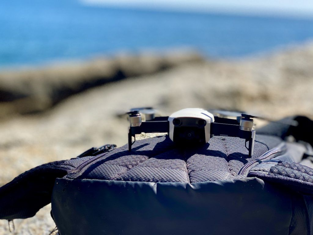 Pacsafe Venturesafe X40 Test: Ich verwende meinen Rucksack nicht nur zum Transport der Drohnen, sondern auf unebenem Untergrund auch gern als Startfläche. Foto: Sascha Tegtmeyer