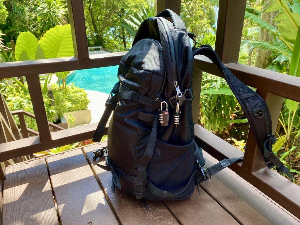 Pacsafe Venturesafe X40 im Test: einen Anti-Diebstahl-Rucksack kann man zum einen verschließen, zum anderen kann man ihn anschließen. Foto: Sascha Tegtmeyer