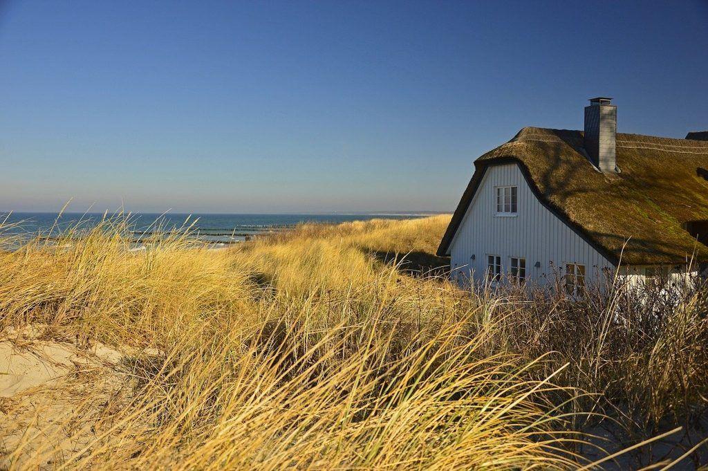 Viele Urlauber träumen von einem Ferienhaus oder einer Ferienwohnung am Meer – zur Miete oder als Geldanlage. Foto: Pixabay