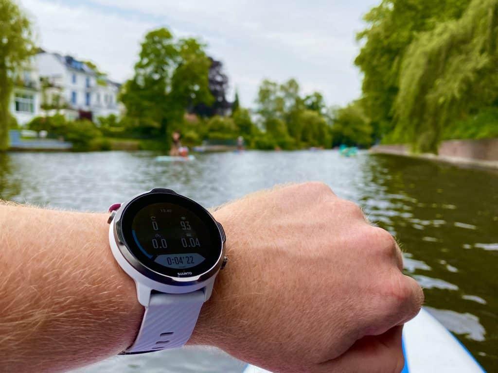 Suunto 7 im Test: Die Sport-Smartwatch gibt es in zahlreichen farblichen Varianten – unter anderem in Weiß-Burgundy. Foto: Sascha Tegtmeyer