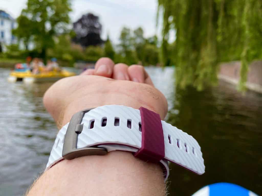 Das Silikonarmband der Suunto 7 sitzt geschmeidig am Handgelenk – optional lassen sich für die Sport-Smartwatch diverse weitere Armbänder kaufen. Foto: Sascha Tegtmeyer