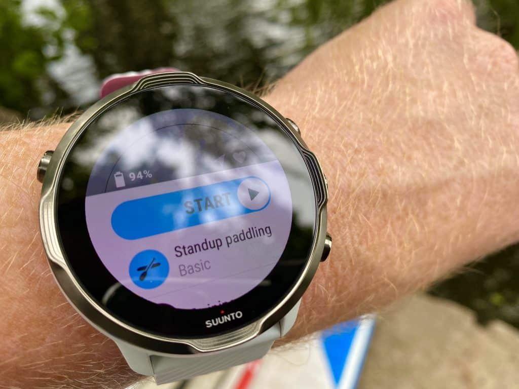Suunto 7 Test beim Stand Up Paddling: Die Sport-Smartwatch lässt sich bei etwa 70 Sportarten einsetzen. Foto: Sascha Tegtmeyer