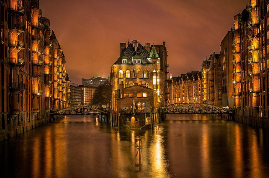 Ein Spaziergang durch die Speicherstadt gehört zu den Must-dos bei einem Besuch in Hamburg. Foto: Unsplash