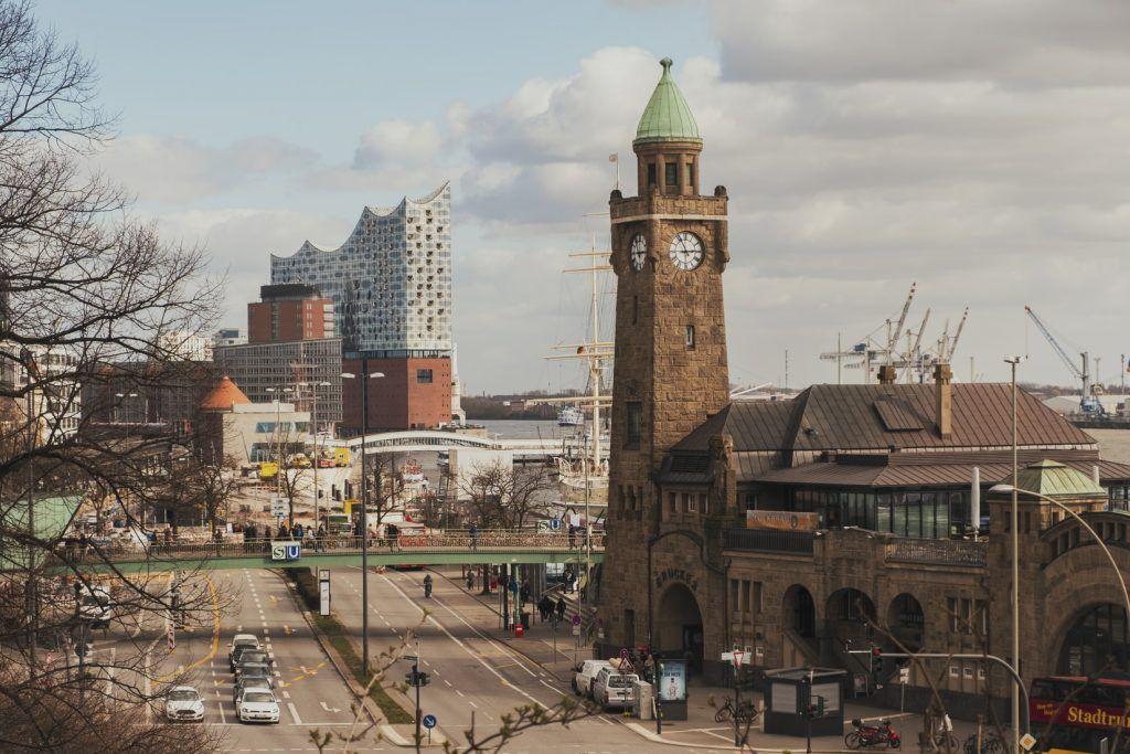 Die St. Pauli Landungsbrücken sind ein typisches Wahrzeichen von Hamburg – insbesondere der Glockenturm des Hauptgebäudes. Foto: Unsplash