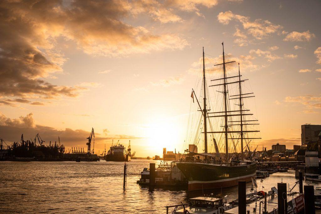 Blick auf die Landungsbrücken und den Hamburger Hafen: Die Hansestadt in Norddeutschland gilt nicht ohne Grund als eine der schönsten Städte der Welt. Foto: Unsplash