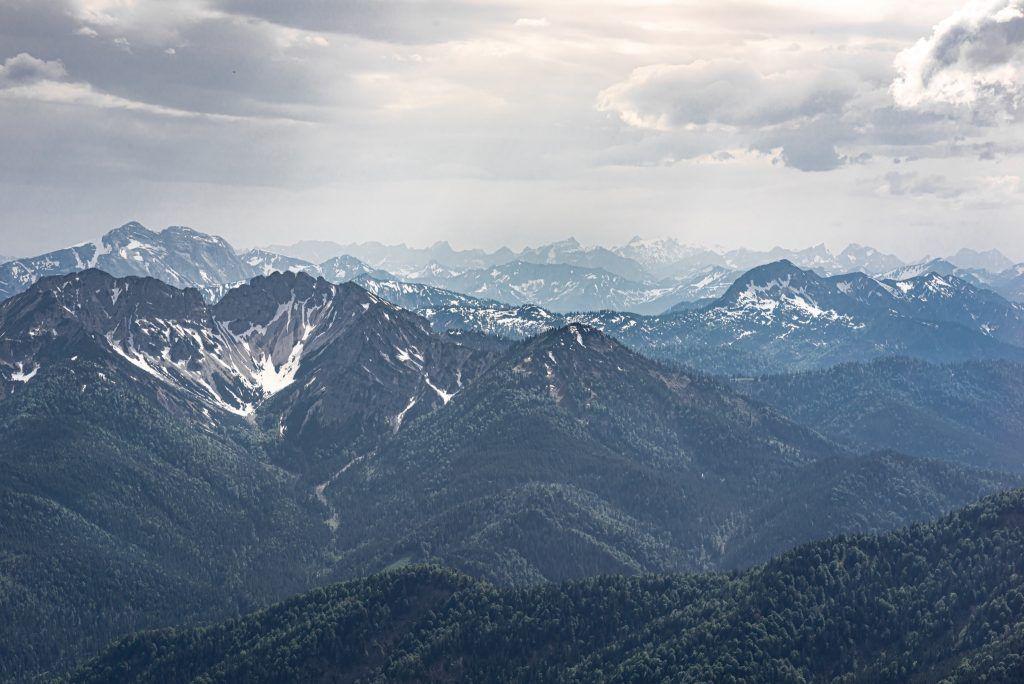Klettern in den Alpen ist eine Möglichkeit, einen Abenteuerurlaub in Deutschland zu verbringen. Foto: Unsplash
