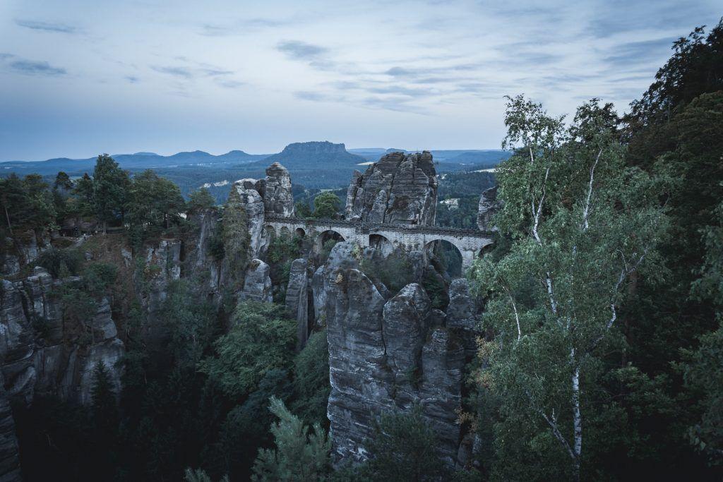 Die Basteibrücke bei Rathen ist das Wahrzeichen des Elbsandsteingebirges und der Sächsischen Schweiz.