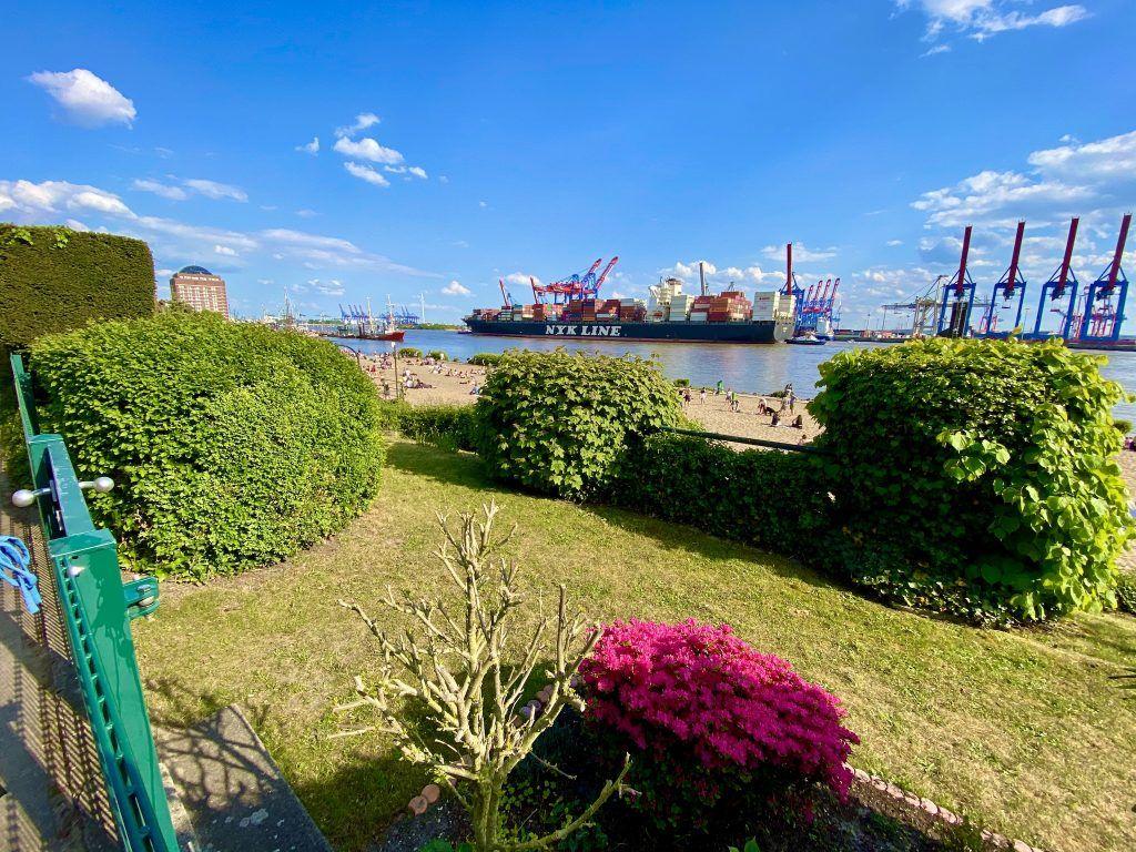Mit Blick auf den Hafen: Joggen am Elbstrand in Övelgönne. Foto: Sascha Tegtmeyer
