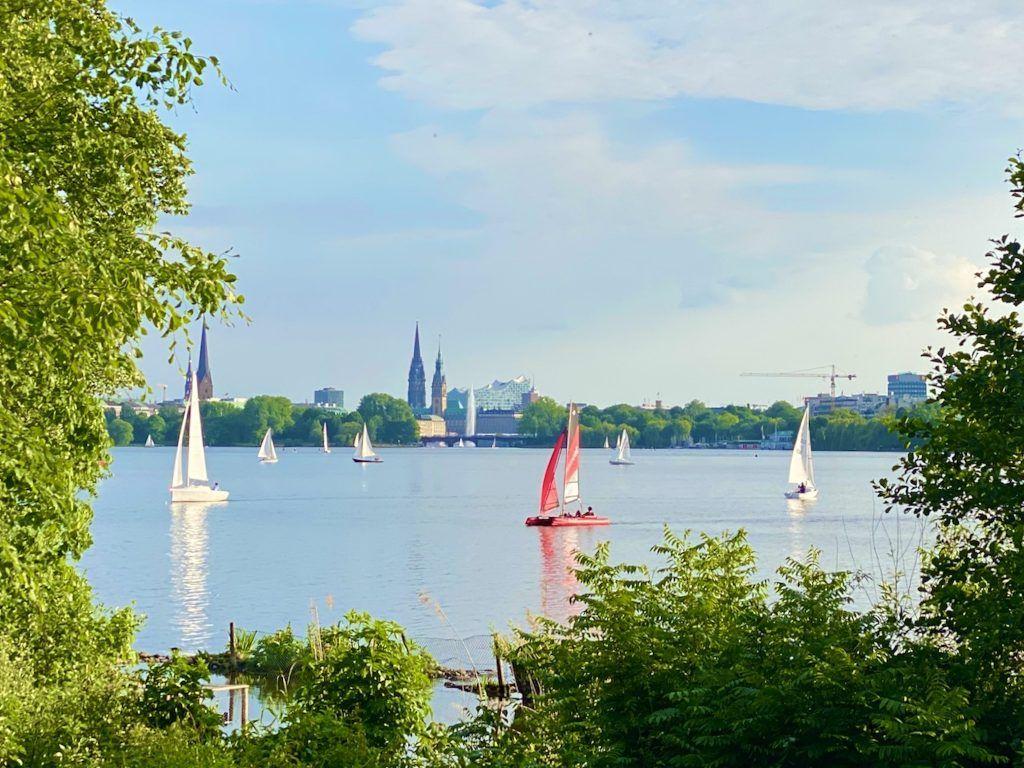 Alster-Panorama: Der Ausblick bei der Alster-Laufrunde gehört zu den schönsten in Hamburg. Foto: Sascha Tegtmeyer