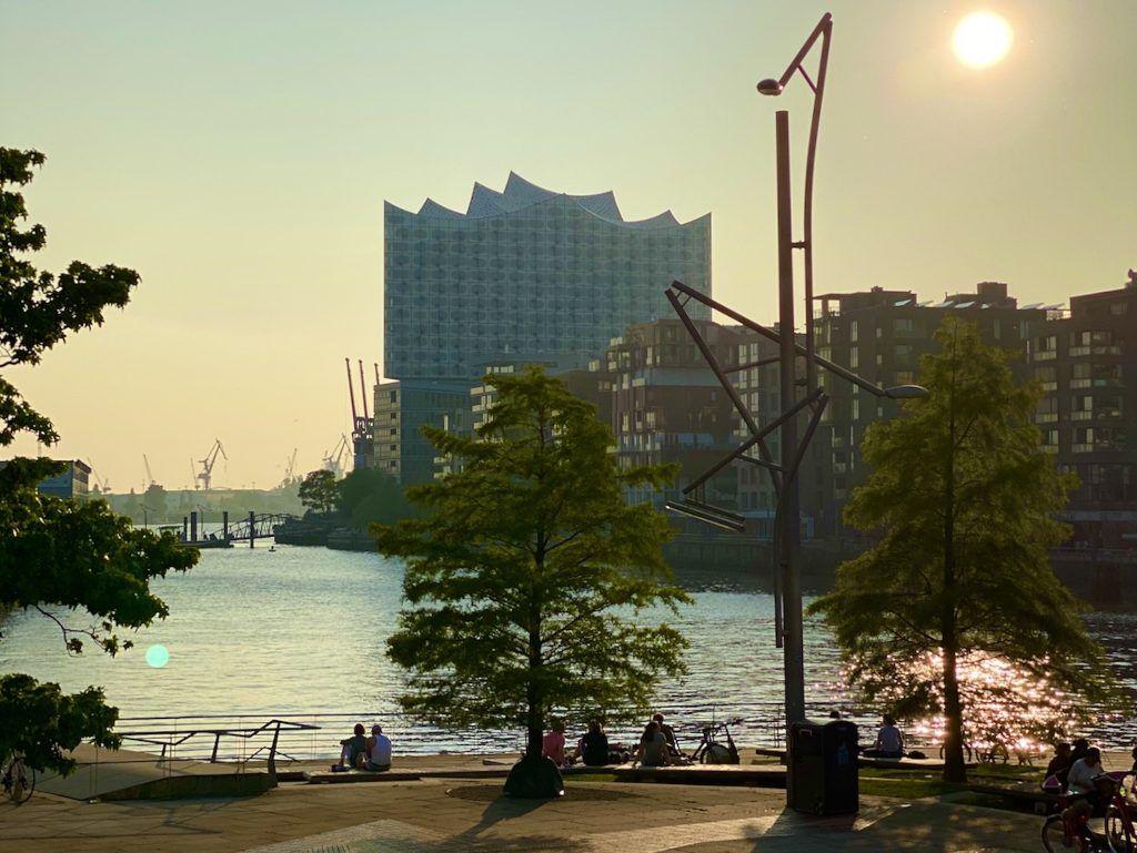 Von der Hafen City aus durch den Hafen laufen – und hinterher an den Marco Polo Terrassen dehnen. Foto: Sascha Tegtmeyer