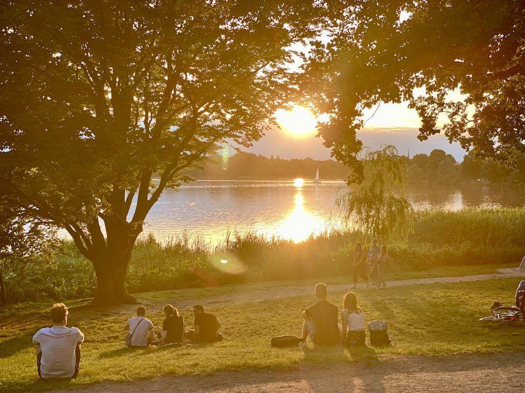 Wer am Abend an der Alster joggen geht, kommt in den Genuss eines herrlichen Sonnenuntergangs. Foto: Sascha Tegtmeyer