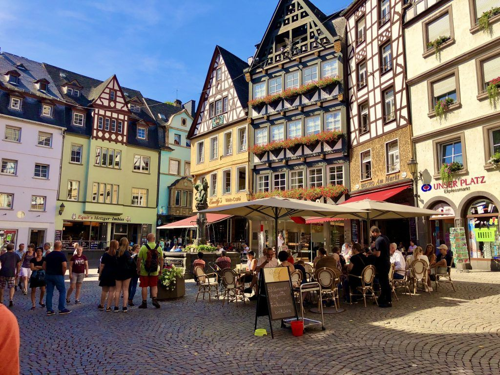 Gemütlich im Café sitzen und das Leben genießen – in Cochem gibt es etliche Restaurants, Cafés und Weinschenken. Foto: Sascha Tegtmeyer