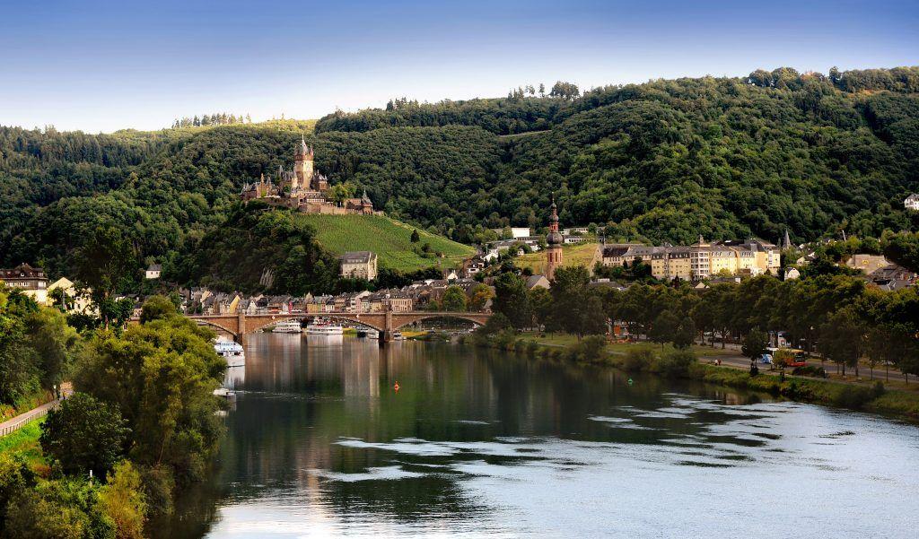 Allgegenwärtig: Über der Stadt thront die Reichsburg Cochem. Foto: Tourist-Information Ferienland Cochem