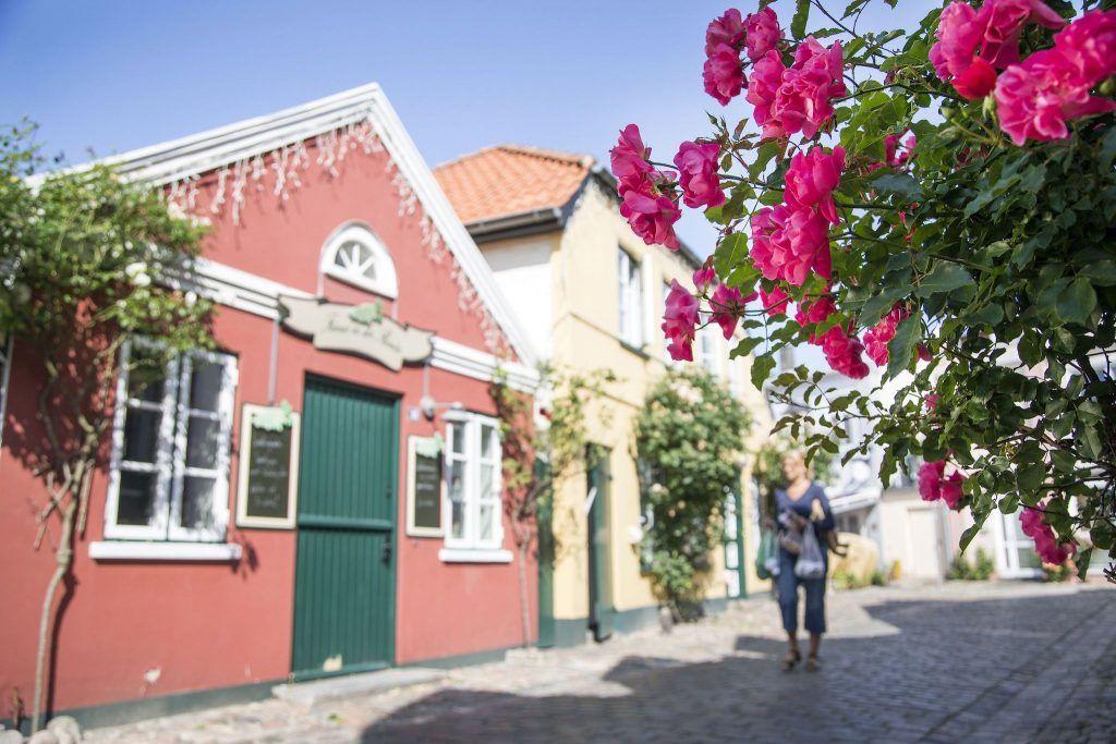 Gasse in Burg auf Fehmarn: Auf der Insel gibt es zahlreiche urige Orte zu entdecken. Foto: Thies Rätzke / Tourismus-Service Fehmarn