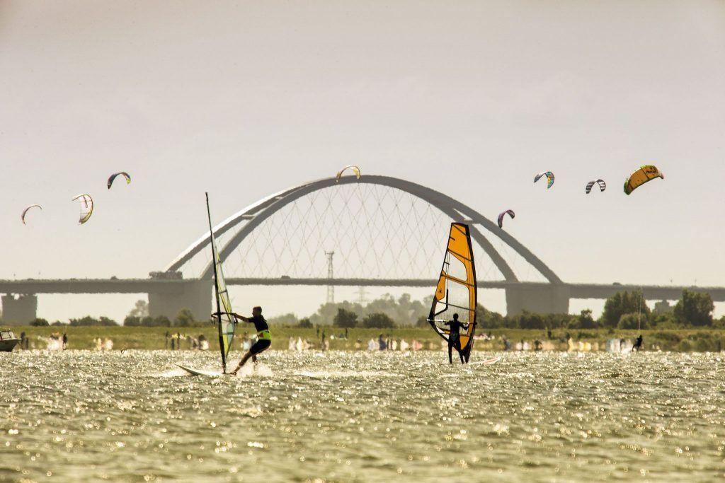 Der Fehmarnsund bietet häufig ideale Bedingungen zum Surfen und Kiten. Foto: Thies Rätzke / Tourismus-Service Fehmarn