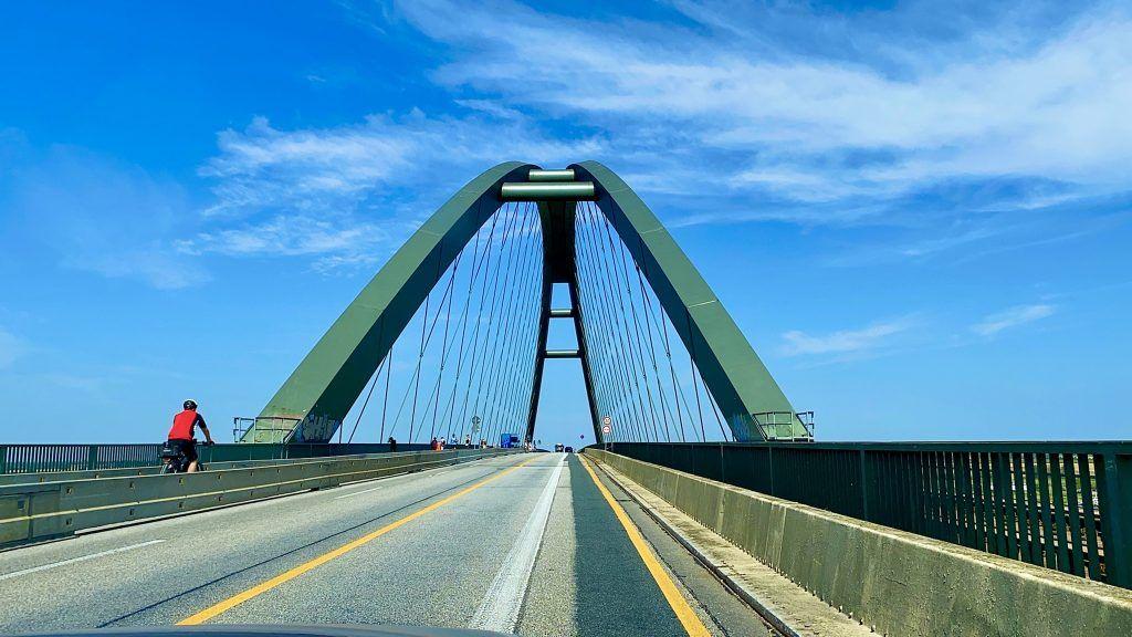 Die ikonische Fehmarnsundbrücke verbindet die Insel mit dem Festland. Foto: Sascha Tegtmeyer