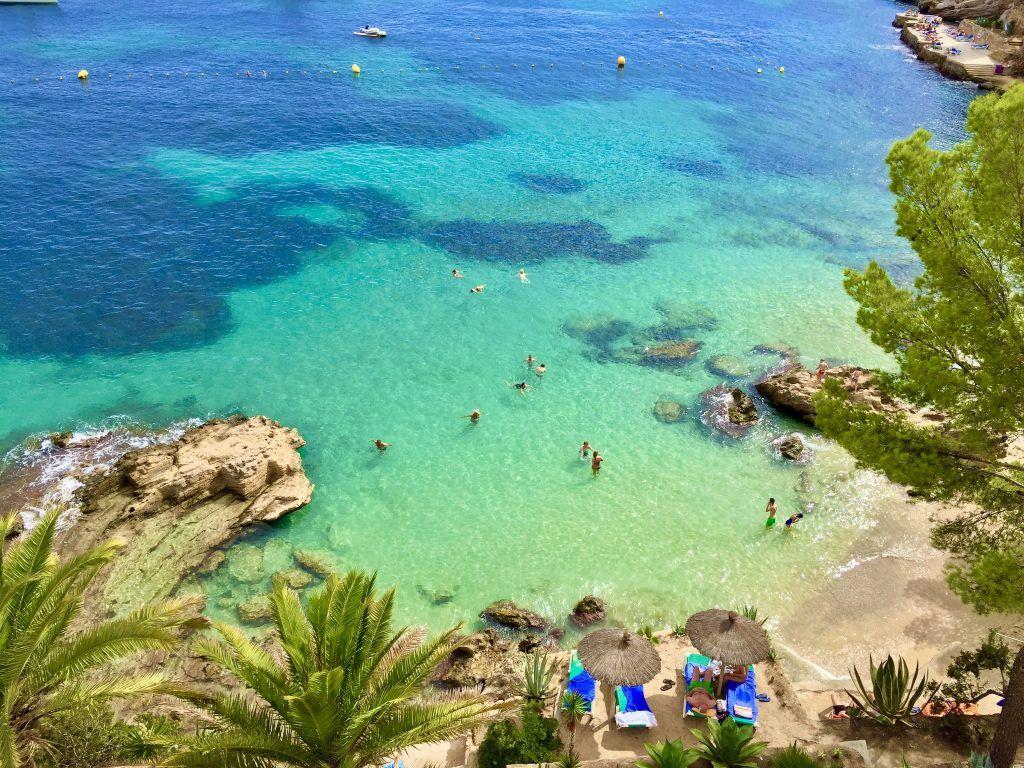 Cala Fornells auf Mallorca: Die Bucht gehört mit Sicherheit zu den schönsten am Mittelmeer, ist im Sommer jedoch auch gerappelt voll. Foto: Sascha Tegtmeyer