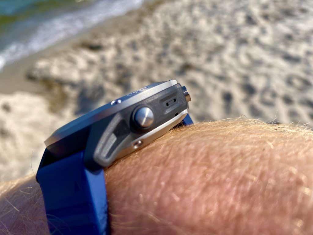Das Gehäuse besteht aus einem hochwertigen Kunststoff und viel Edelstahl: Die Garmin quatix 6 ist damit ideal für alle Outdoor-Einsätze. Foto: Sascha Tegtmeyer