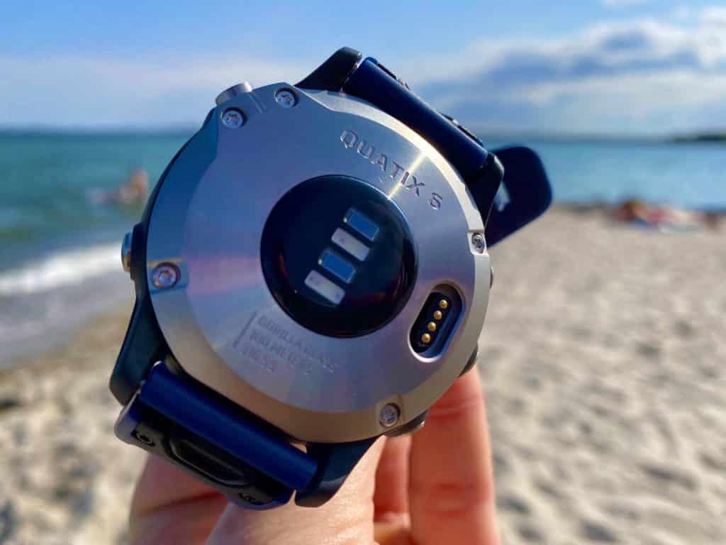 Das Gehäuse der Garmin quatix 6 ist robust und verschraubt – ideal für Outdoor-Sport. Auf der Unterseite sitzen auch die optischen Sensoren. Foto: Sascha Tegtmeyer