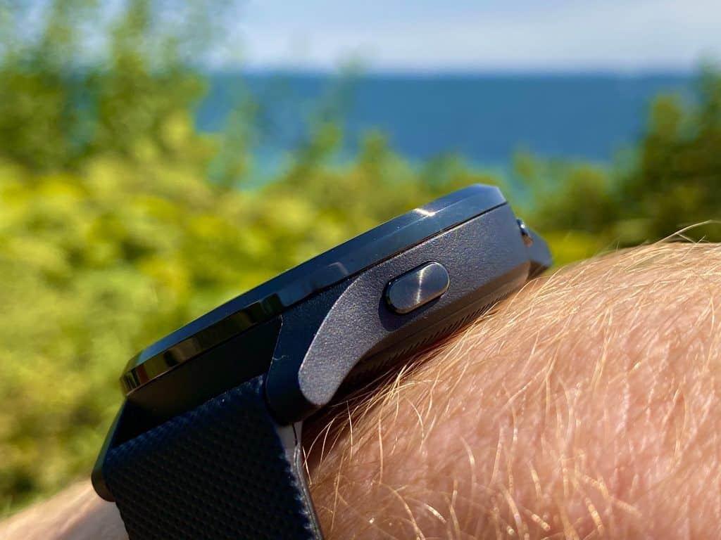 Durch die Menüs navigiert wird bei der Garmin vivoactive 4 ganz intuitiv über das Touchdisplay und zwei Knöpfe. Foto: Sascha Tegtmeyer