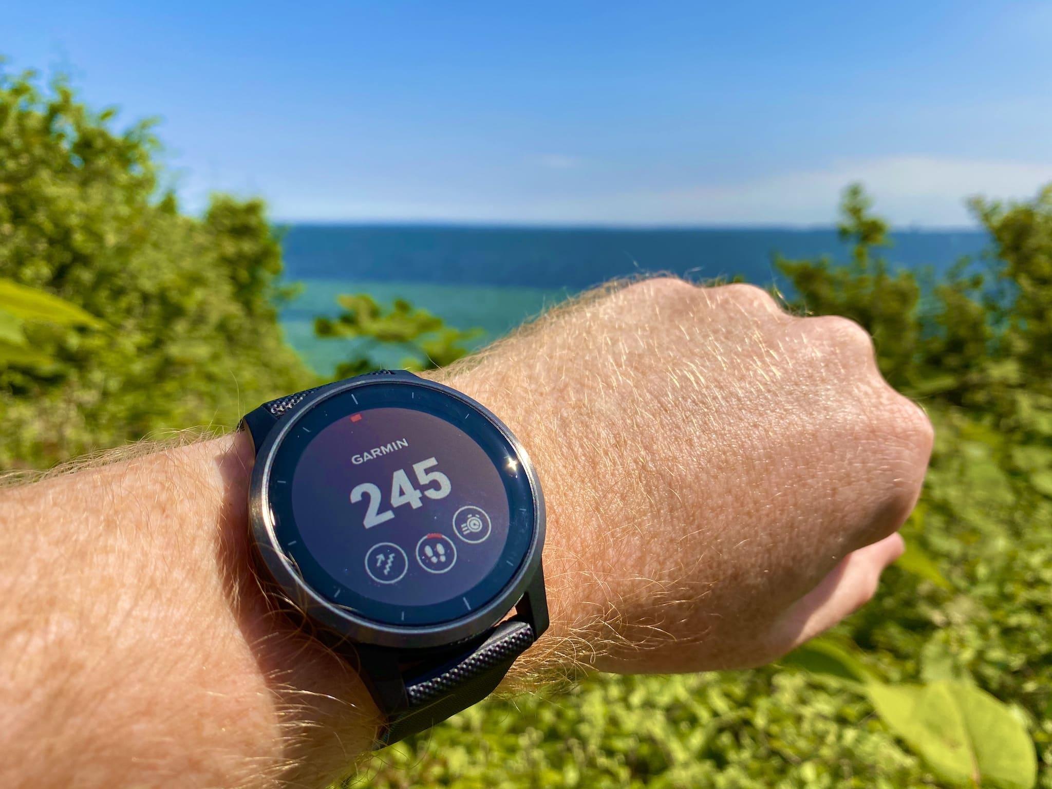 Wir haben die Fitness-Smartwatch in unserem Garmin vivoactive 4 Test ausführlich gecheckt. Welche Spezifikationen hat die Sportuhr? Für wen eignet sich der Zeitmesser? Welche Stärken und Schwächen hat sie? Alle wichtigen Informationen für Dich im Überblick. Foto: Sascha Tegtmeyer