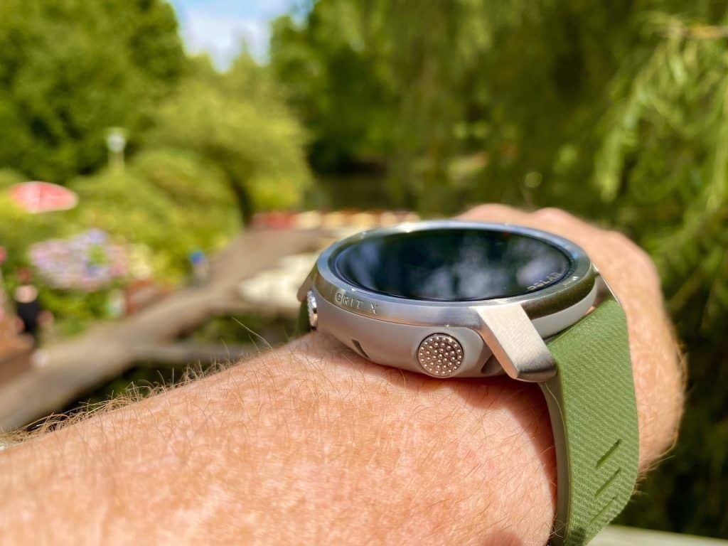 Der erste Eindruck: Das Design der Polar Grit X sticht ins Auge und auch die Farbkombination Silber-Grau mit olivfarbenem Armband ist meiner Meinung nach sehr ansprechend. Foto: Sascha Tegtmeyer